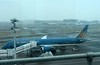 Vietnam Airlines Boeing 787-9 VN-A863, Heathrow airport, Fri 2 March 2018 - 0948.  Waiting to board passengers for Flight VN 054 to Hanoi.