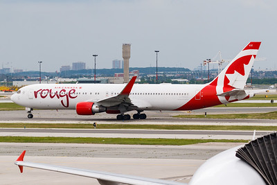 Air Canada Rouge B767-300 (C-FMWQ)