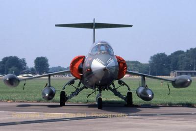 ItalyAF_F-104S_4-5_MM6732_EHVK_19950701_scan_WVB_1200px