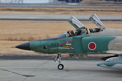 The pilot of RF-4EJ, 47-6903, gives us a friendly wave as he taxis past our viewing position - 13/02/19