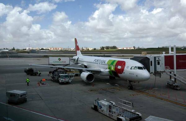 TAP Portugal Airbus A320-200 CS-TNX Malangatana, Lisbon Humberto Delgado airport, Wed 25 May 2016 1 - 1154.