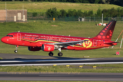 """The """"Trident"""", a Brussels Airlines Airbus A320-214 (OO-SNA; MSN1441), wearing the splendid c/s """"Belgian Red Devils"""", is about to touch down on Brussels' RWY01."""