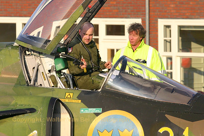 Just after arrival at Lelystad Aviodrome, the pilot - Niklas Sandström - of the Viggen is giving first safety instructions to the representative of the Aviodrome museum.