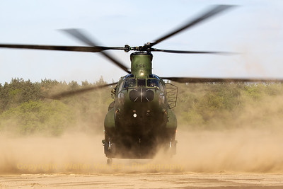 "RNLAF Boeing-Vertol CH-47D Chinook (D-661; cnM3661/NL001), practising ""brown-out""-landings at GLV5."