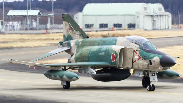 JASDF RF-4E (57-6907; cn4603) from 501 Hikotai, on the taxiway and returning to the platform on completion of another recce-mission. The 501st Tactical Reconnaissance Squadron is a squadron of the Japan Air Self-Defense Force based at Hyakuri Air Base (Ibaraki Airport) in Ibaraki Prefecture, Japan.