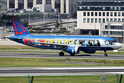 """Brussels Airlines A320-214 (OO-SND; msn1838), with the special c/s of """"The Smurfs"""", just started it's take-off roll on RWY07R at Brussels Airport."""