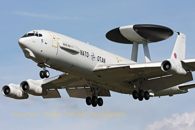 "A NATO E-3A Sentry, performing a low approach to RWY28, during the ""GRAS""-organized spottersday at Gilze-Rijen."