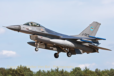 "A Royal Netherlands Air Force F-16AM (J-009; cn:6D-165) from 313 Tiger Sqn based at Volkel AFB, on final for a touch-and-go at Gilze-Rijen, during the ""GRAS""-organized spottersday."