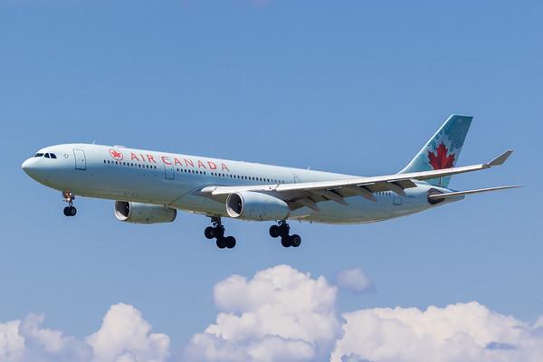Air Canada A330-300 (C-GHKX)_Lufthansa A350-900 (D-AIXE)_A0085