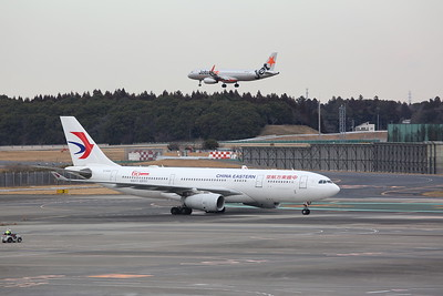 China Eastern Airlines Airbus A330-243, B-5942, taxiing & Jetstar Japan Airbus A320-232(WL), JA13JJ, Landing - 12/02/19