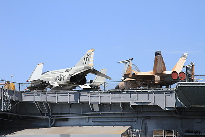 McDonnell Douglas F-4S Phantom II, 153880 / NL-104 / NK-201, & McDonnell Douglas F/A-18A Hornet, 162901 / 01, displayed on the deck of USS Midway - 31/08/16.