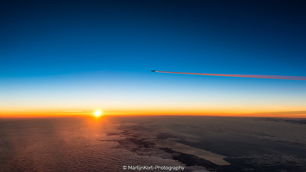 Boeing 787 contrail.