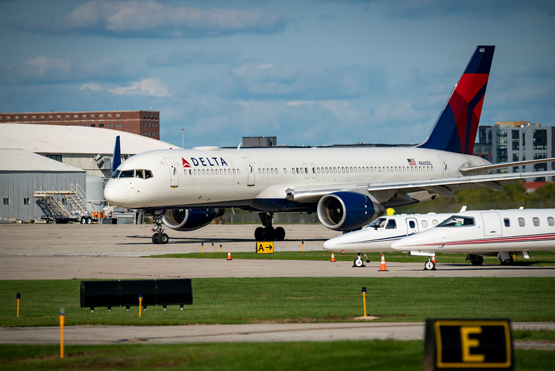 Delta 757 Taxiing at KLAF