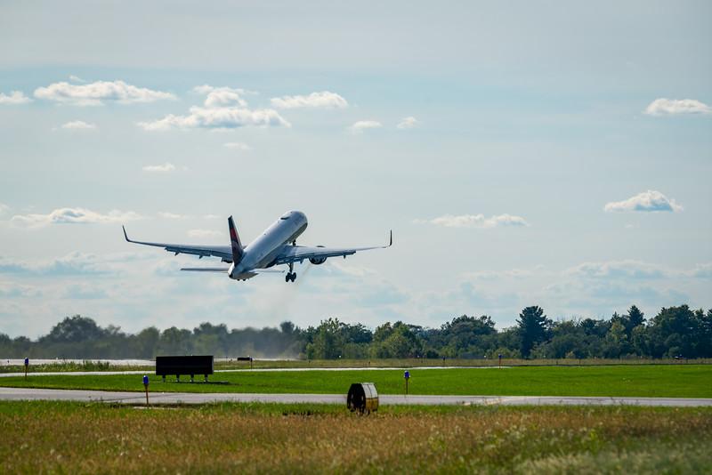 Delta 757 Departing KLAF