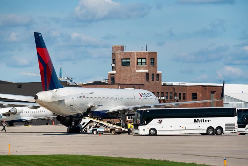 Delta 757 Loading at KLAF