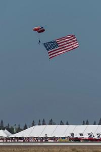 F20151004a120425_6730-parachutiste-drapeau-flag