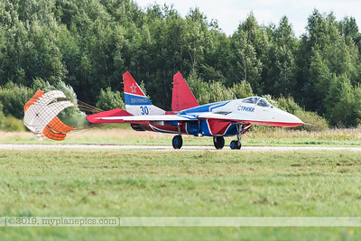 F20170827a111812_7970-MiG-29UB Fulcrum-Swifts-Strizhi-Russian Air Force-landing