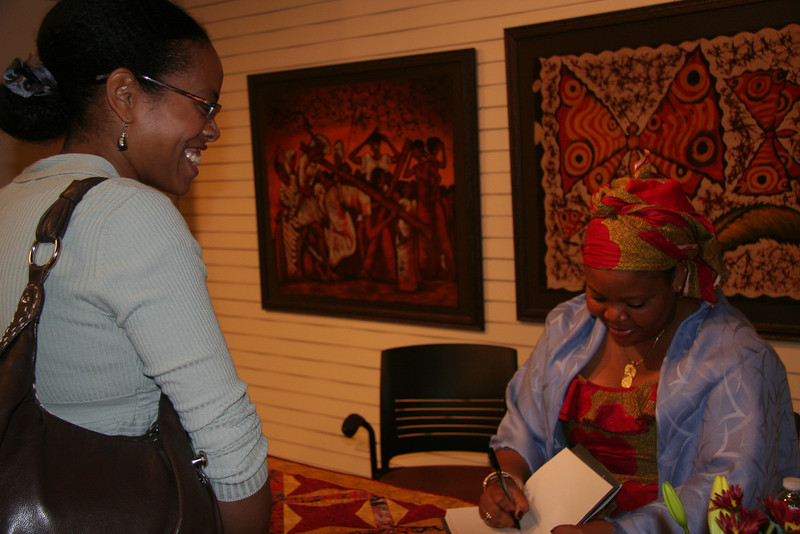Elizabeth Hunter gets her book signed by Leymah.