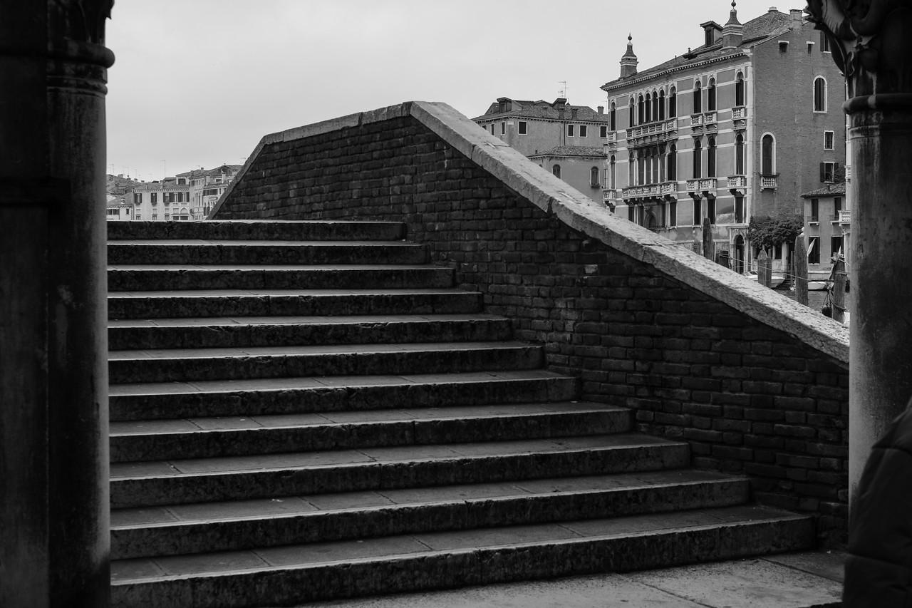 9/45 Volée de marches pour le franchissement d'un petit canal à proximité du Mercato del Pesce Al Minuto. D'une manière générale Venise est difficile aux équipements à roues grandes ou petites ...