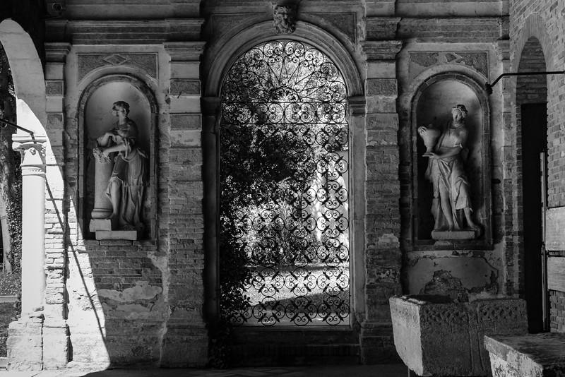 26/45 Entrée du jardin adjacent au musée du Verre, Murano.