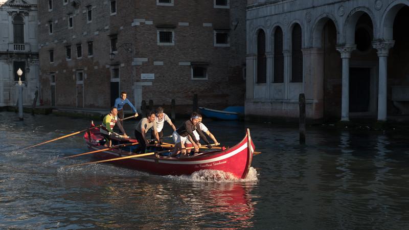 36/45 Canottieri en action sur le grand canal.au niveau du Rio del Megio