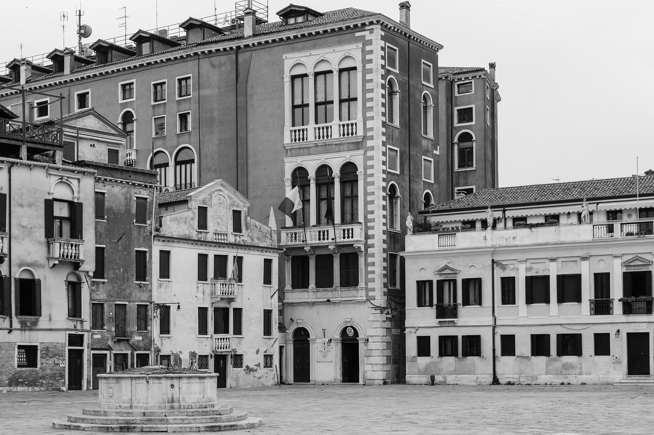 """12/45 Façades sur Campo San Polo, à droite """"Stabilimento Tipografico Enciclopedico eretto da Girolamo Tasso MDCCCXL""""."""