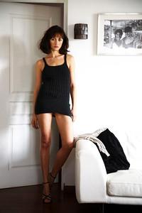 """Rendez-vous avec la nouvelle James Bond Girl, Olga KURYLENKO, dans le film """"Quantum of solace"""", chez elle ‡ PARIS : attitude sexy d'Olga en robe ultracourte posant dans le salon, appuyÈe contre un mur o˘ est accrochÈe une photo d'elle avec sa mËre."""