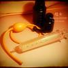 かさばらない浣腸器(エネマシリンジ)と、ちょっとかさばる浣腸器(ガラス100ml)と謎の浣腸液。