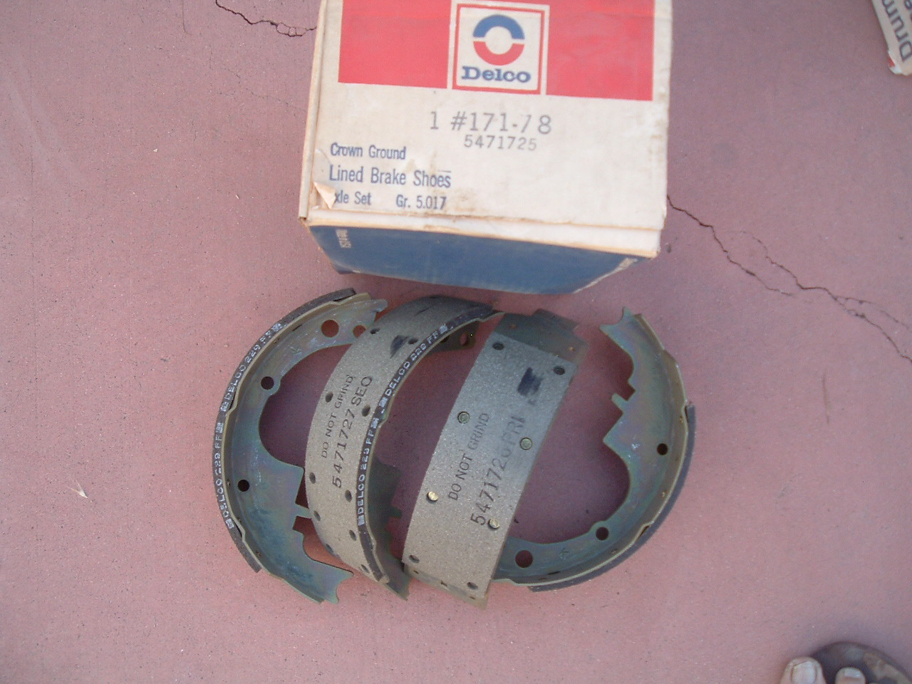 1964 66 68 70 72 74 chevelle camaro cutlass gto front brake shoes 5471725 (z 5471725)