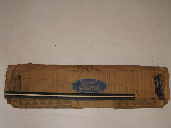1974 Lincoln Mark IV front bumper center rubber strip # d4ly-17c829-a (zd d4ly-17c829-a)