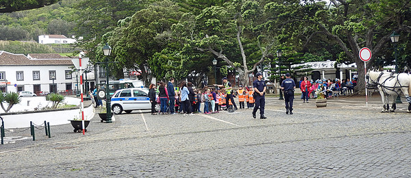 Kids and cops Santa Cruz Graciosa 2016-05-27 DSCN3156