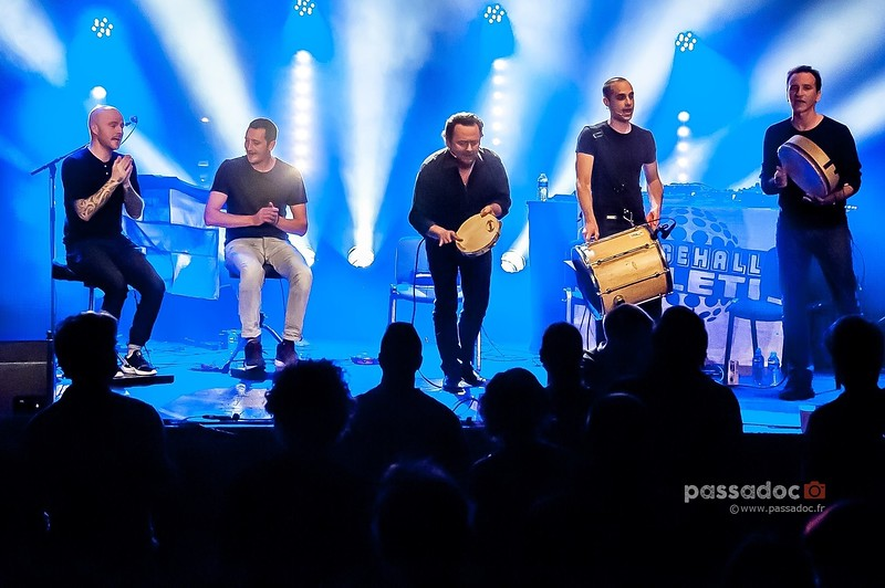 Groupe Lo Còr de la Plana avec leurs percussions sur scène; group with their drums on stage