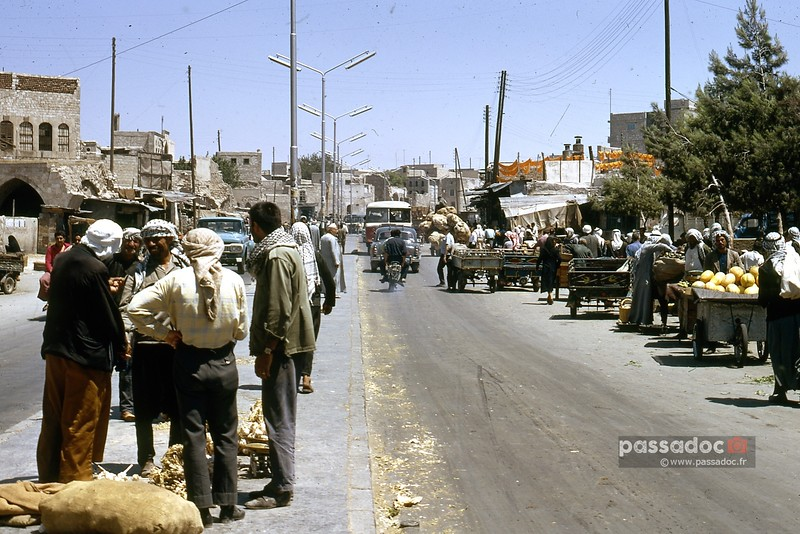 Des marchands ambulants le long d'une rue à Alep (Syrie) dans les années 1970; street vendors in a busy street in Aleppo (Syria) in the 70s