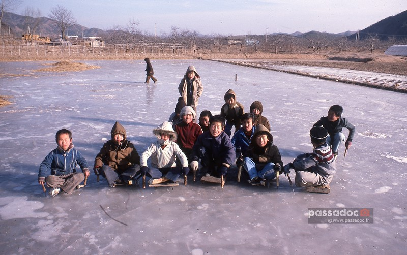 Patinage de fortune en Corée en 1980; makeshift ice-skating in Korea in 1980