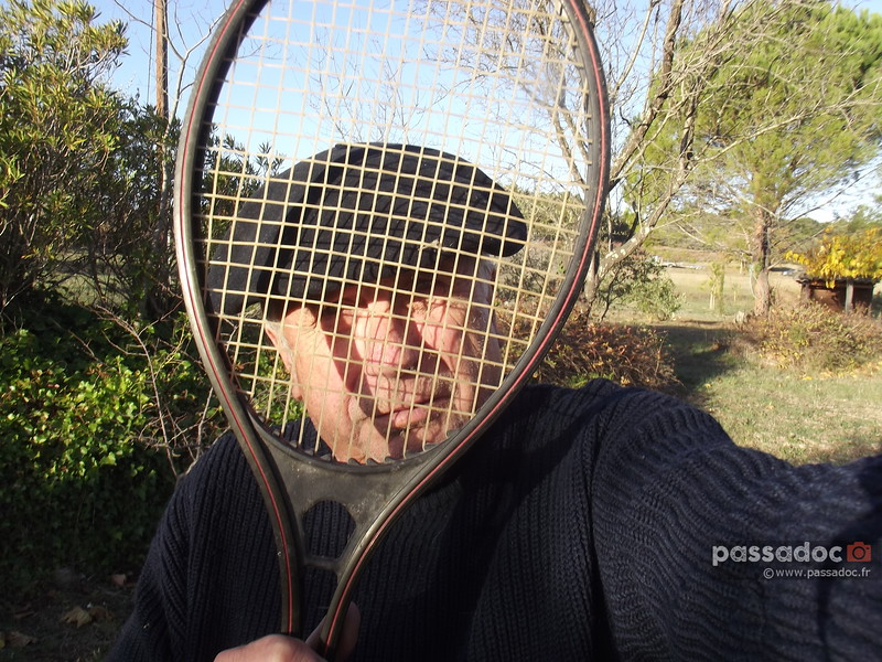 Selfie d'André Abbe à travers un raquette de tennis; selfie from the author André Abbe through a tennis racket