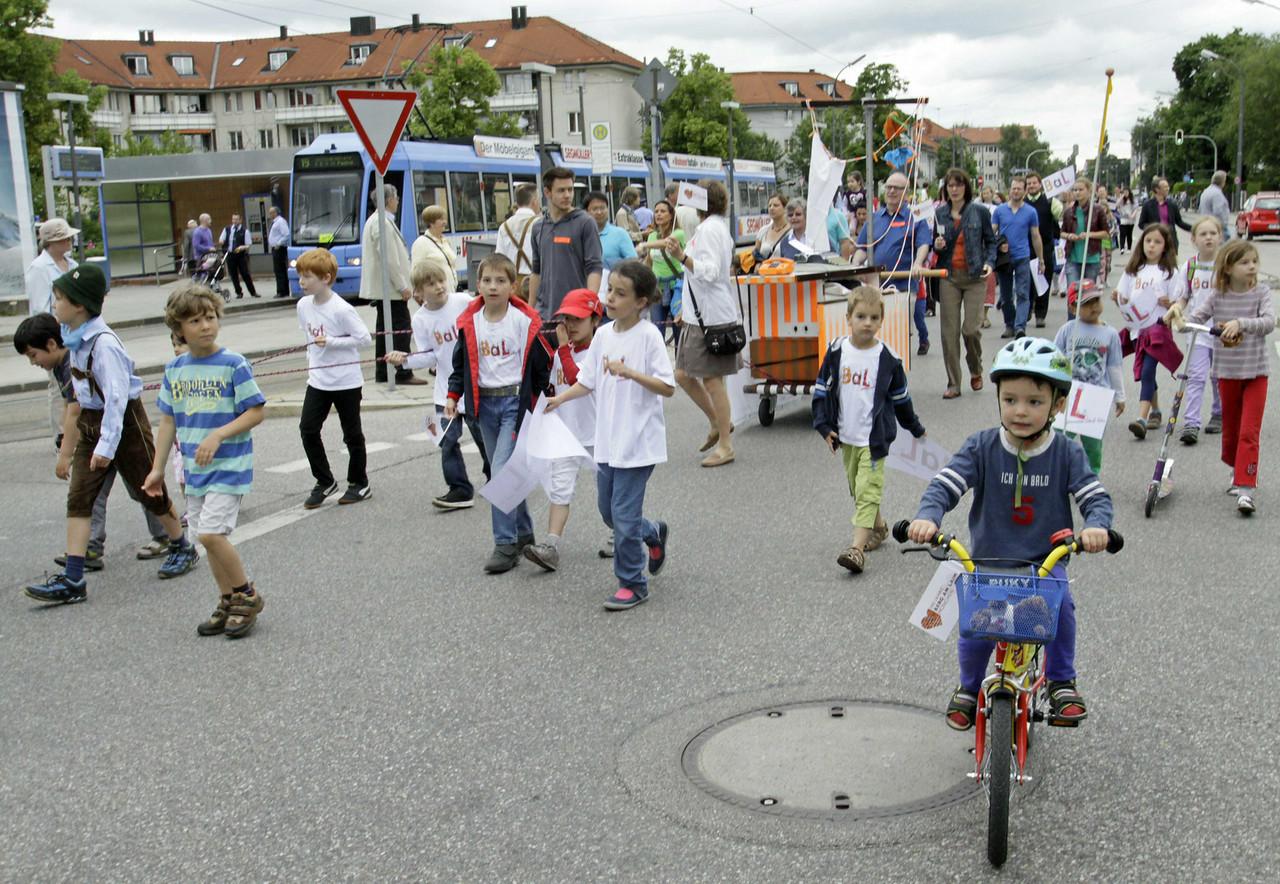 KinderBaLSchule+Kistenwager(c)WinfriedEckardt