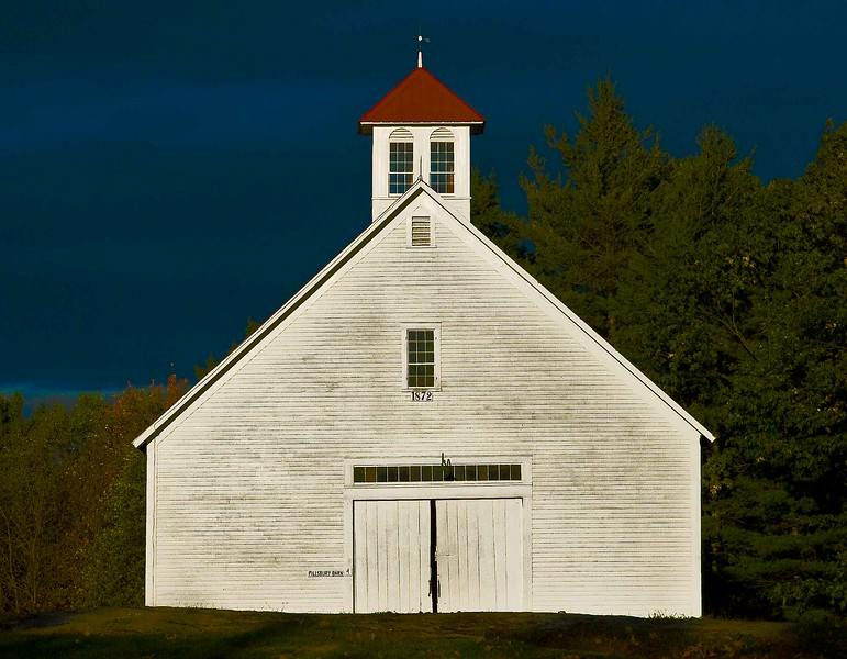 lone barn  at Muster field Farm , N.Sutton, NH