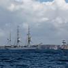 """Le """"Staatsraad Lehmkuhl"""", trois-mâts barque norvégien  s'apprête à croiser par babord le brick goélette hollandais """"Jantje"""", flanqué sur tribord arrière de la goélette à trois mâts """"Regina Maris""""."""