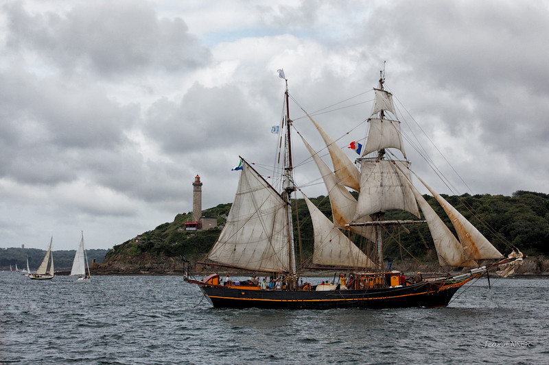 """Brick-goélette hollandais """"Tres Hombres""""  tirant un bord devant le phare de Portzic.<br /> Actuellement, cette brigantine est spécialisée dans le transport de marchandises à la voile."""