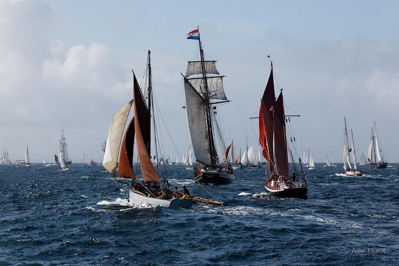 """La goélette à huniers hollandaise """"Jacob Meindert"""" joliment escortée."""
