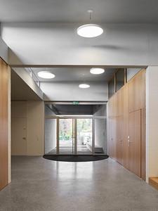 08 Durch die Höhenversätze im Dach fällt viel Tageslicht in die Eingangshalle.