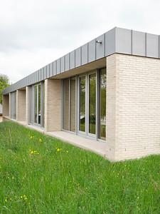 04 An den Querseiten erscheint der Doppelkindergarten als eingeschossiges Gebäude.