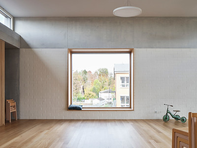 17 Tiefliegende Fenster bilden kindgerechte Sitznischen in den Fassaden.