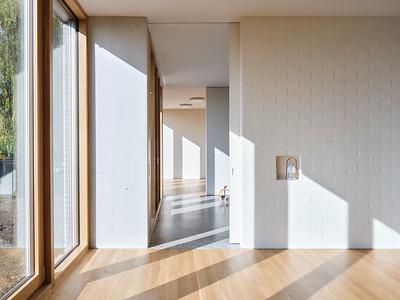11 Große Fensterflächen bringen viel Licht in die tiefen Grundrisse der Kindergärten.
