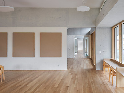 12 Auch im Tageshort sind die Räume durch Türen entlang der Fassaden miteinander verbunden.