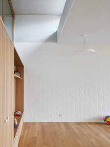 14 Einbauten und Böden sind aus hellem Eichenholz; die Innenwände aus weiß geschlämmten Sichtbackstein.