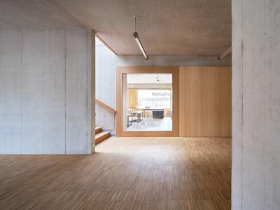 14 Ein Einblick in ein Klassenzimmer durch die bedruckten Fenster