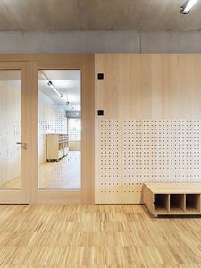 15 Die verglasten Türen zu den Schulzimmern erleichtern die Orientierung.
