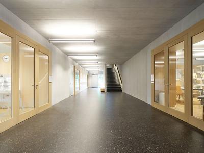 07 Der großzügige Eingangsraum erschließt alle Ebenen und Räume der Schule.