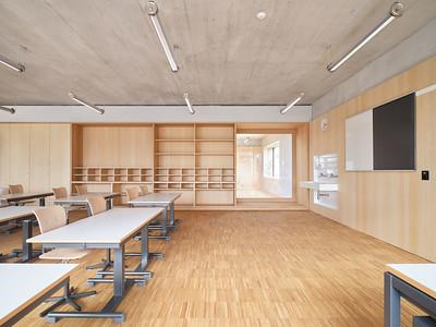 19 Jeder Unterrichtsraum verfügt über ein großes Fenster zum Gang, das sich als Sitznische oder Aussichtsplatz eignet.